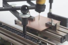 Grabado del pantógrafo del dispositivo con el grabador del CNC con alfabeto de la prensa de copiar imagen de archivo