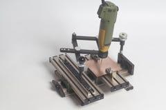 Grabado del pantógrafo del dispositivo con el grabador del CNC con alfabeto de la prensa de copiar foto de archivo