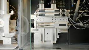 Grabador del CNC en la acción, tecnologías de la producción de los implantes dentales en la fresadora en medicina almacen de video