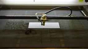 Grabador del laser con CNC, logotipo que graba el laser Grabado en el metal, grabado del laser del CNC metrajes