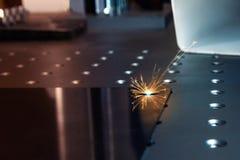 Grabador del laser del primer que trabaja y que graba la superficie de metal plana fotografía de archivo libre de regalías