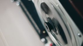 Grabadora de la bobina Registrador de cinta viejo del carrete Carrete con cierre de la cinta de grabación para arriba en registra almacen de metraje de vídeo