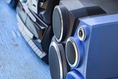 Grabadora del casete con la radio en una tabla de madera azul Vintag Fotografía de archivo libre de regalías