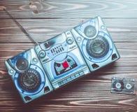 Grabadora del vintage con los altavoces y los casetes audios imagen de archivo