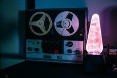 Grabadora retra del carrete viejo y lámpara electrostática de Tesla del plasma en sitio oscuro foto de archivo