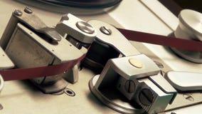 Grabadora vieja en la acción a través de la cabeza magnética almacen de video