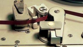 Grabadora vieja en la acción a través de la cabeza magnética, progreso de funcionamiento metrajes