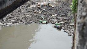 Grabage van het rioleringswater stock video