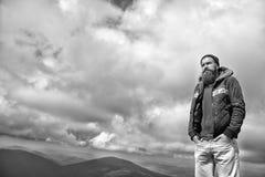 Grabb eller skäggig man på kallt väder med molnig himmel Arkivfoton