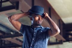 Grabb för hållande folk för hatt för ung man stilig afrikansk attraktivt royaltyfri bild