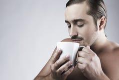 grabb för kaffekopp som har barn Arkivfoton