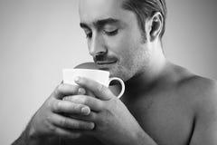 grabb för kaffekopp som har barn Arkivbild