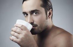 grabb för kaffekopp som har barn Royaltyfri Fotografi