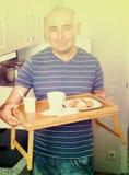 Grabb gjord frukost för hans fru Royaltyfri Bild