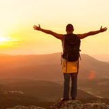 Grabb i bergen på solnedgången Royaltyfria Bilder