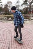 Grabb i en skateboard Arkivbilder