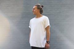 Grabb i en tom vit t-skjorta Arkivfoto