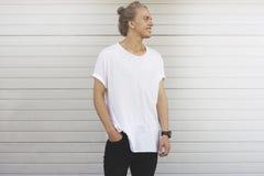 Grabb i en tom vit t-skjorta och en svart jeans Arkivbild