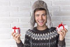 Grabb i gåvorna och skratta för hattinnehav slitage vit vinter för härlig stående för begreppsklänningflicka Fotografering för Bildbyråer