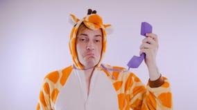 Grabb i ljus pyjamas för barn` ett s i form av en känguru, på vit bakgrund emotionell stående av en student dräkten presen arkivfoto