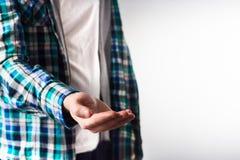 Grabb i plädskjorta med den tomma öppna manhanden som tar omsorg, ut fotografering för bildbyråer