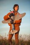 Grabb i tappningkläderpilot med en flygplanmodell utomhus Royaltyfri Fotografi