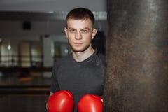 Grabb man i boxninghandskar, i idrottshallen, sportutbildning, Arkivfoton