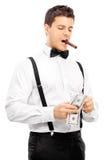 Grabb med cigarren i hans mun som räknar pengar Royaltyfri Fotografi