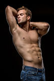 Grabb med den nakna torson i studio Royaltyfri Foto