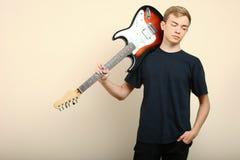 Grabb med en elektrisk gitarr Arkivbilder
