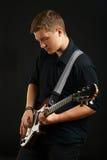 Grabb med en elektrisk gitarr Royaltyfri Bild