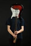 Grabb med en elektrisk gitarr Fotografering för Bildbyråer