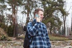Grabb med en ryggsäck som talar på telefonen Arkivbilder