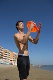 Grabb med ferisbee i hans händer fotografering för bildbyråer