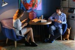 Grabb med flickan, vänner, studenter som sitter och talar, hålltelefon Royaltyfri Fotografi