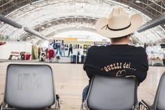 Grabb med sammanträde för cowboyhatt på att vagga parkerahändelsen i Milan, Italien Royaltyfri Foto