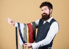 Grabb med skägget som väljer slipsen Perfekt slips Valt band som har färger av din dräkt och skjorta såväl som åtminstone arkivbild