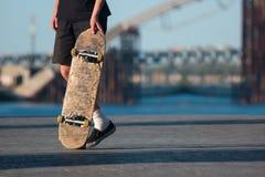 Grabb med skateboarden arkivbild