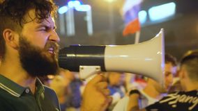 Grabb med skrikig sloganseger för folkmassa av Ryssland med den solida megafonen arkivfilmer