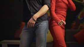 Grabb och en flicka som sjunger i en karaokeklubba långsam rörelse Kameran flyger uppåt stock video