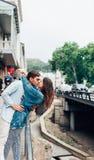 Grabb och flicka på en stadsgata royaltyfri bild