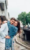 Grabb och flicka på en stadsgata royaltyfria foton