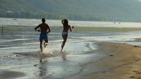Grabb och flicka på floden arkivfilmer