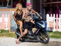 Grabb och flicka på mopeden royaltyfri fotografi