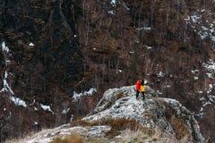 Grabb och flicka som kysser i bergen arkivbilder