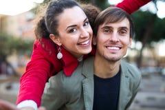 Grabb och flicka som utomhus poserar fotografering för bildbyråer