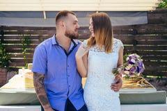 Grabb- och flickablicken på de, ståenden av ett romantiskt par, mannen och kvinnan som kysser i ett dramatiskt ljus, flickainneha fotografering för bildbyråer