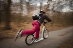 Grabb på en sparkcykel Royaltyfri Fotografi