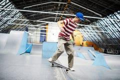 Grabb på skateboarden royaltyfria bilder