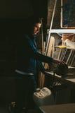 Grabb som arbetar på bänken en natt Royaltyfria Foton